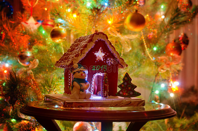 圣诞节姜饼给上釉的节假日安置放置结构树妇女的准备 图库摄影