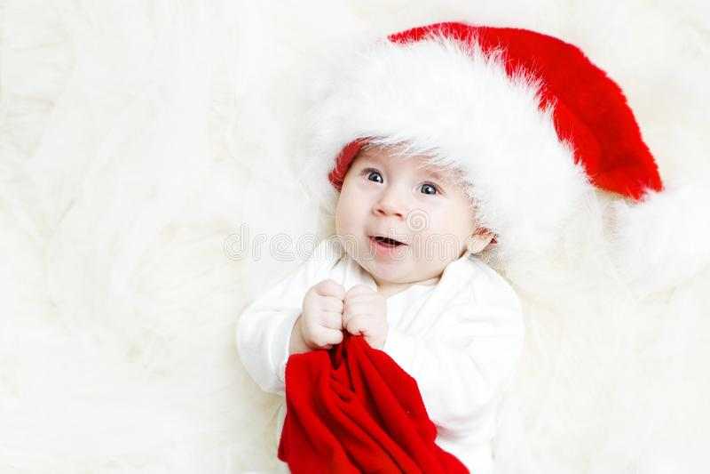 圣诞节婴孩画象,红色帽子的小孩男孩 免版税图库摄影