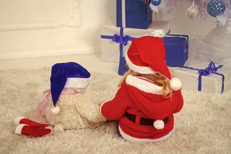 圣诞节孩子或小男孩xmas树的,当前箱子 库存照片