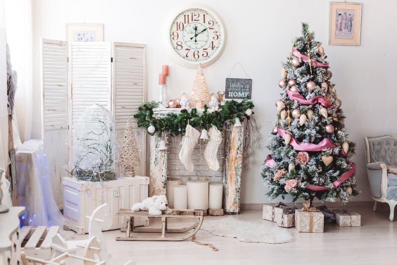 圣诞节室内装饰:圣诞树在明亮的屋子里 库存图片