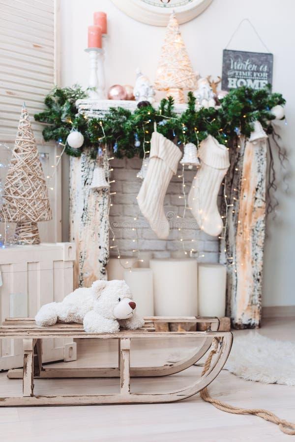圣诞节室内装饰:圣诞树在明亮的屋子里 免版税库存图片