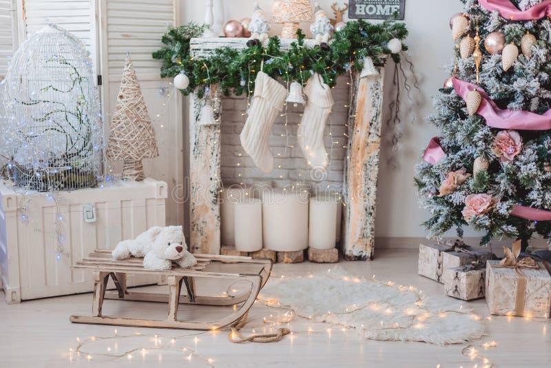 圣诞节室内装饰:圣诞树在明亮的屋子里 图库摄影