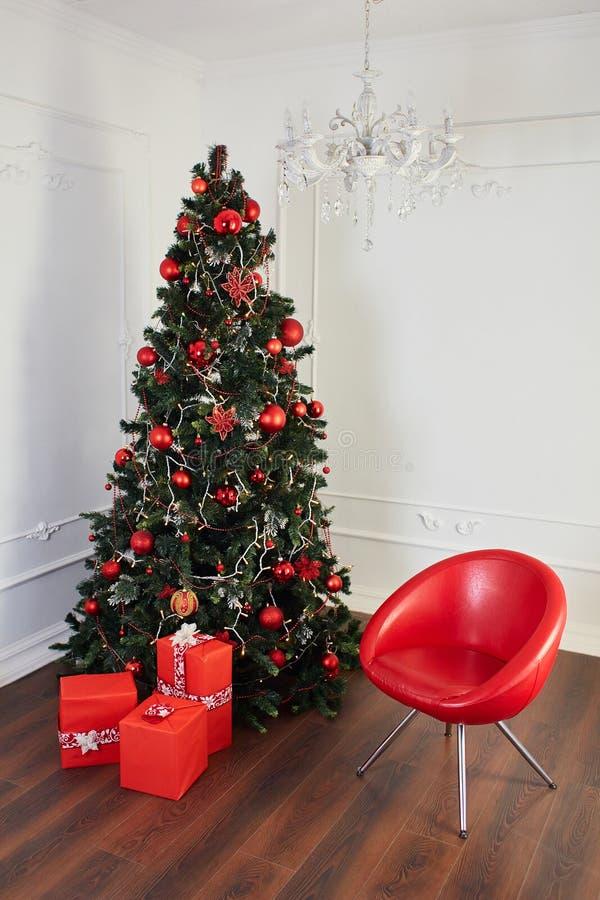 圣诞节室内部,绿色Xmas树,当前礼物 免版税库存照片