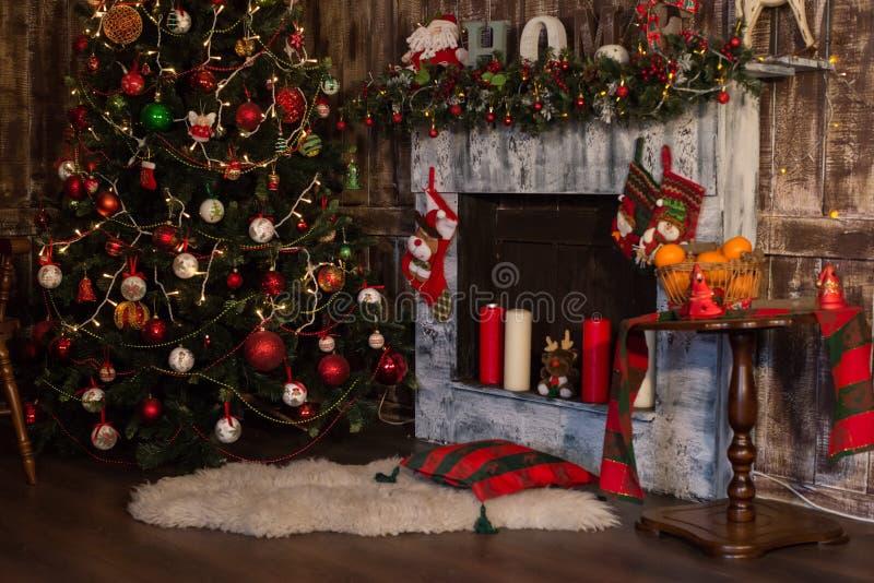 圣诞节室室内设计,光装饰的Xmas树 免版税图库摄影
