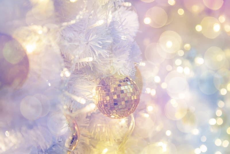 圣诞节室室内设计,光PR装饰的Xmas树 免版税库存图片