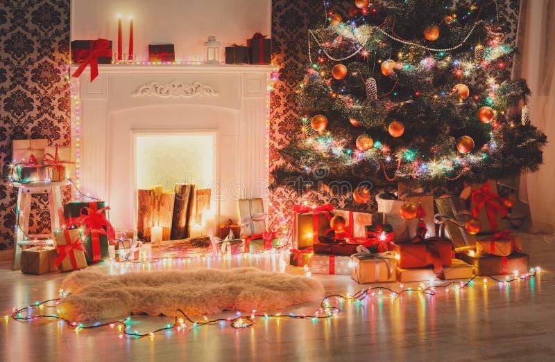圣诞节室室内设计,在诗歌选的装饰的树点燃 库存图片