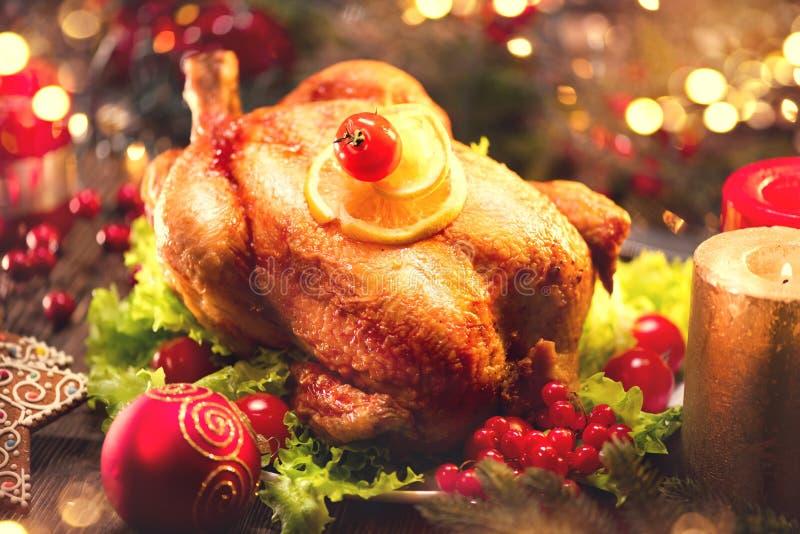 圣诞节家庭晚餐 圣诞节假日桌用火鸡 免版税图库摄影