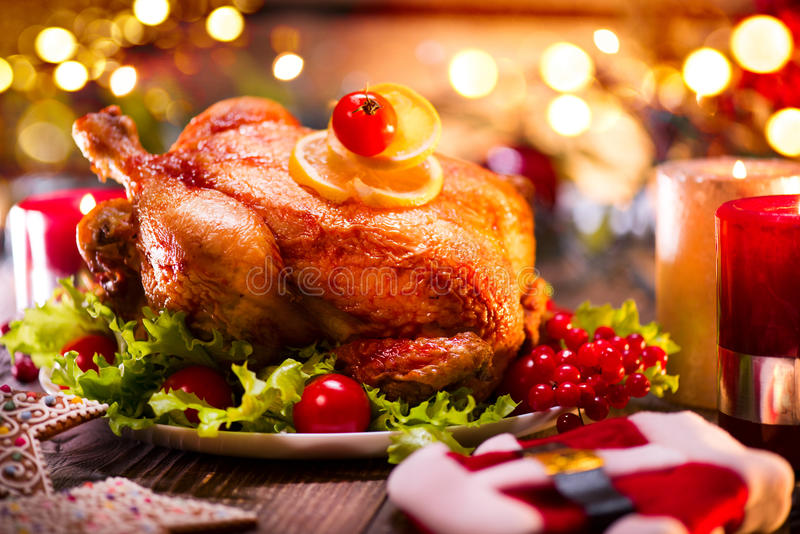 圣诞节家庭晚餐 圣诞节假日装饰了桌用火鸡 库存照片