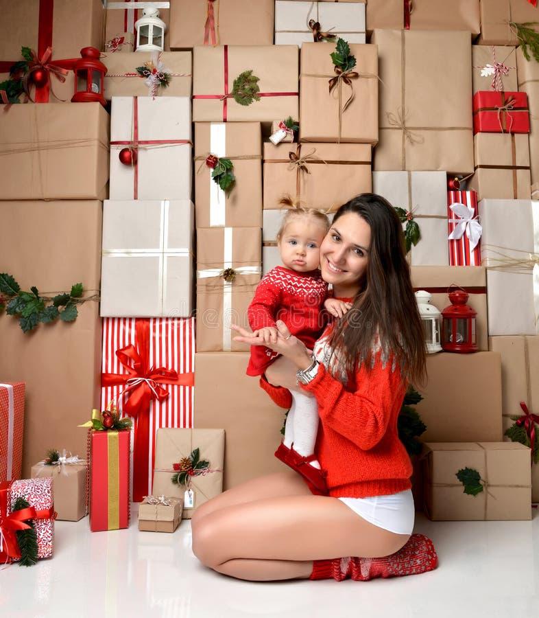 圣诞节家庭母亲和小小孩在土气工艺哄骗前 库存图片