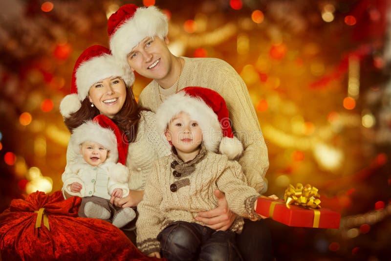 圣诞节家庭画象、愉快的父亲母亲孩子和婴孩Wi 免版税库存照片