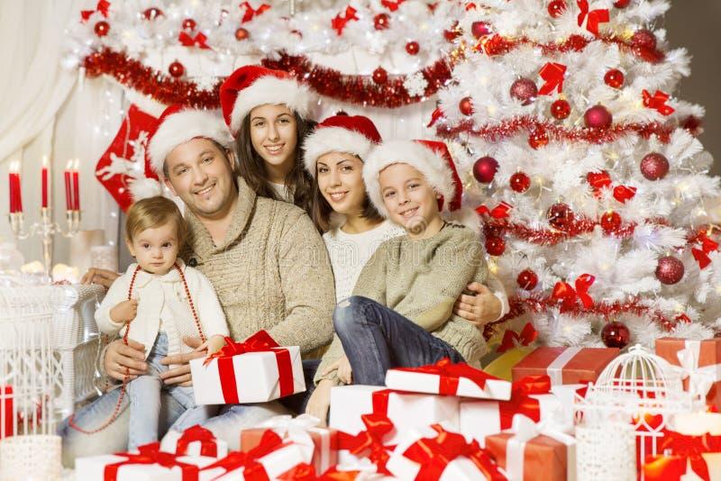 圣诞节家庭画象,愉快的父亲母亲儿童婴孩 库存图片