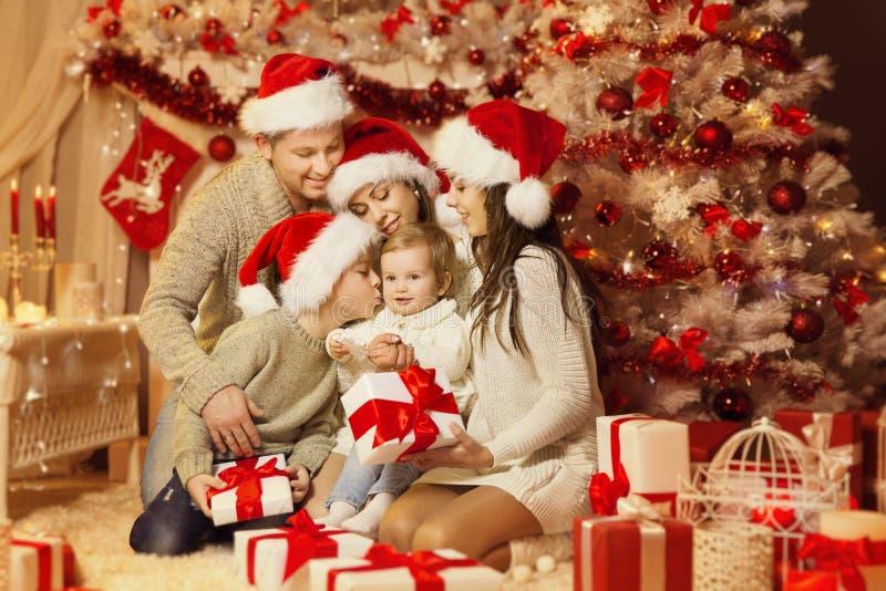 圣诞节家庭画象,愉快的父亲母亲孩子 库存照片