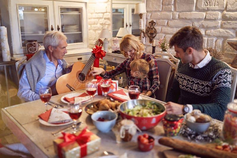 圣诞节家庭画象-与歌曲的家庭庆祝圣诞节 免版税库存图片