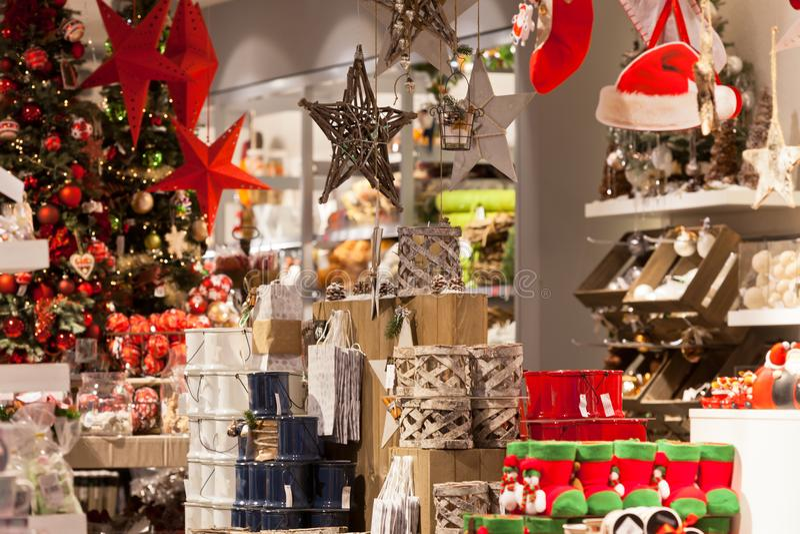 圣诞节家庭装饰在商店 图库摄影