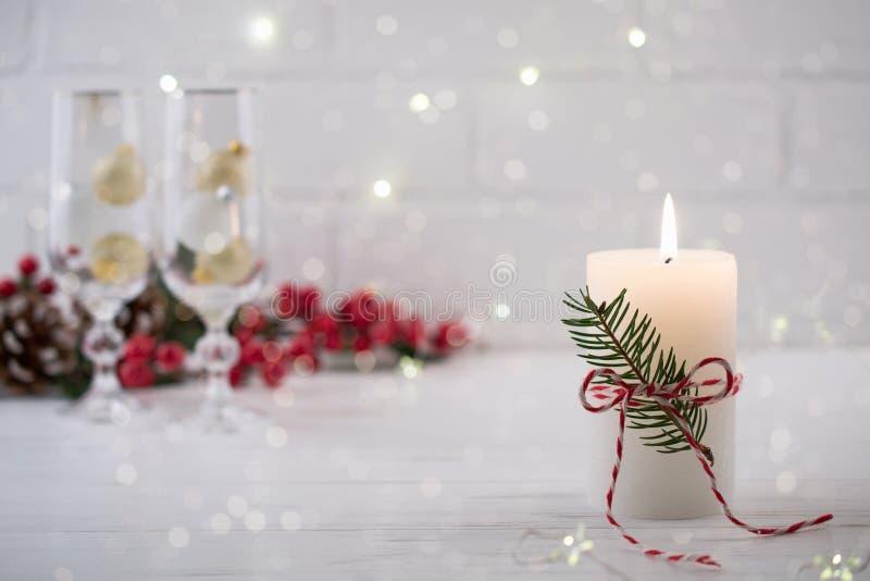 圣诞节家庭装饰 燃烧的白色蜡烛和圣诞节室内装饰在桌上 免版税库存图片