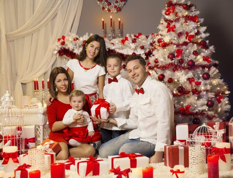 圣诞节家庭画象,庆祝Xmas假日,当前礼物 图库摄影