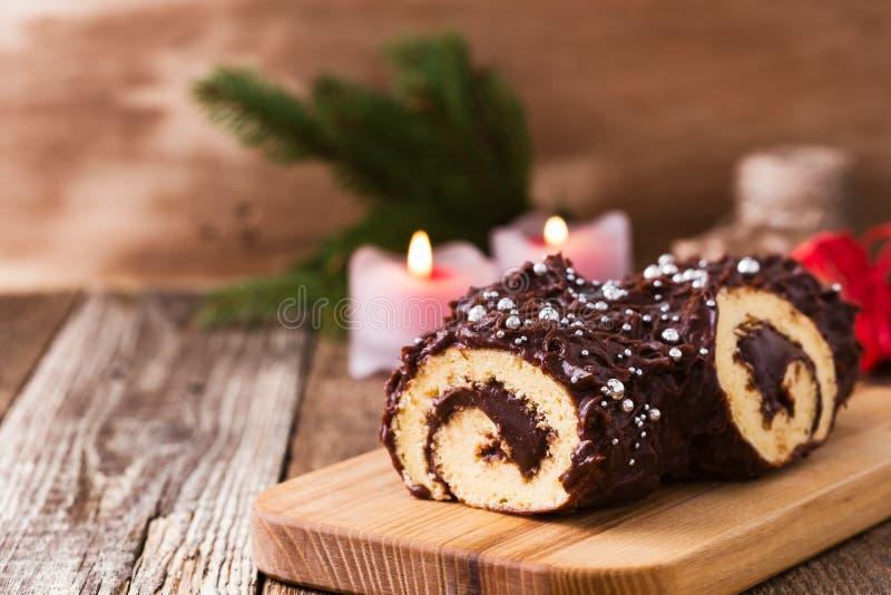 圣诞节巧克力日志,欢乐假日蛋糕 免版税库存照片