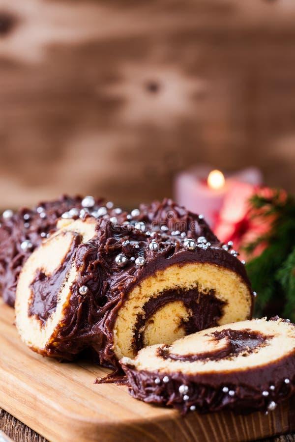 圣诞节巧克力日志,欢乐假日蛋糕 免版税库存图片