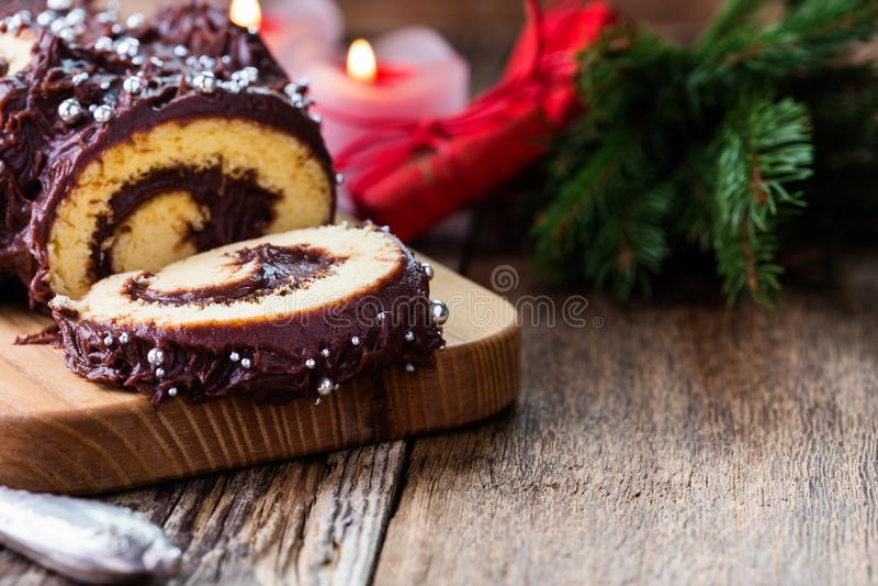 圣诞节巧克力日志,欢乐假日蛋糕 库存图片