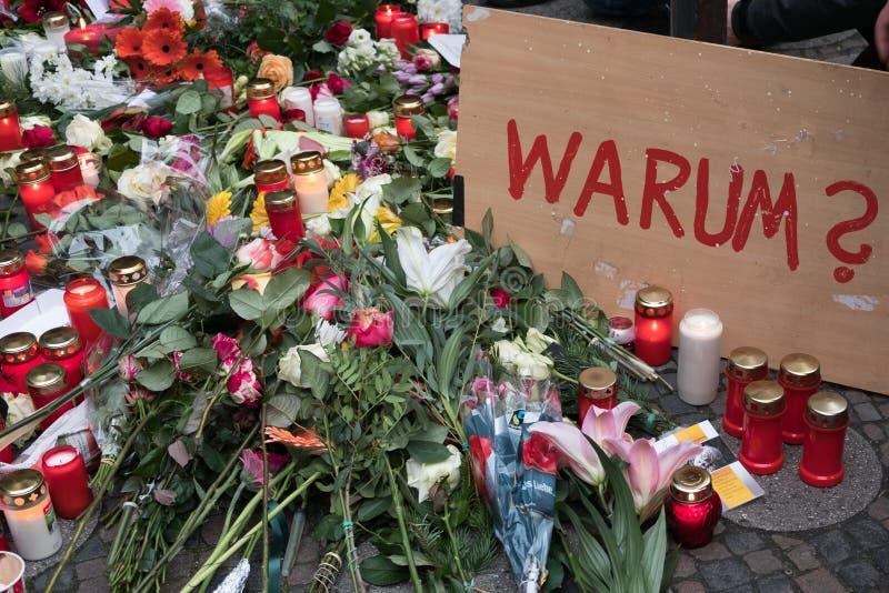 圣诞节市场在柏林,在卡车以后的天驾驶了入人人群  图库摄影
