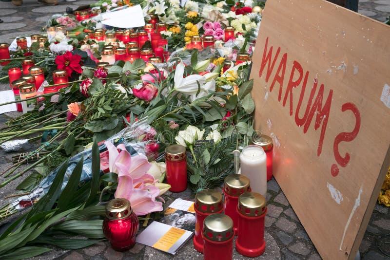 圣诞节市场在柏林,在卡车以后的天驾驶了入人人群  免版税图库摄影