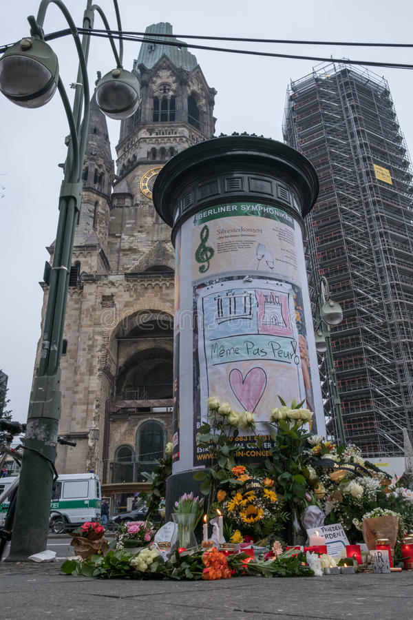 圣诞节市场在柏林,在恐怖分子atta以后的天 库存图片