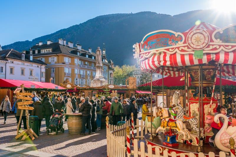圣诞节市场在波尔查诺在一个晴朗的冬日 特伦托自治省女低音阿迪杰,意大利 库存图片
