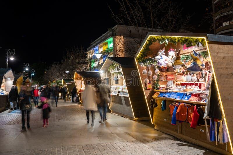 圣诞节市场摊的宽射击梅拉诺南部的当美好的光在夜期间和人的蒂罗尔意大利,bassing由  库存图片