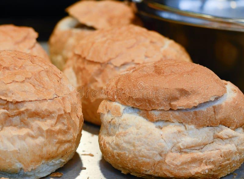 圣诞节市场食物-接近面包滚保龄球 免版税库存图片