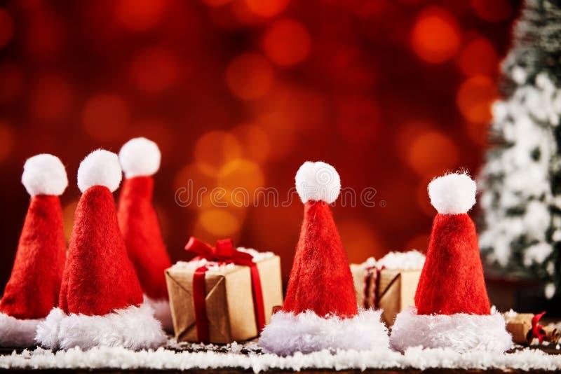 圣诞节帽子和被包裹的xmas礼物或者礼物 库存照片