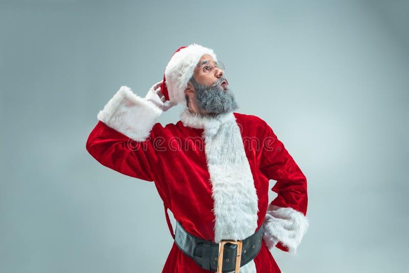 圣诞节帽子的滑稽的人 新年度节假日 圣诞节, x-mas,冬天,礼物概念 免版税库存照片