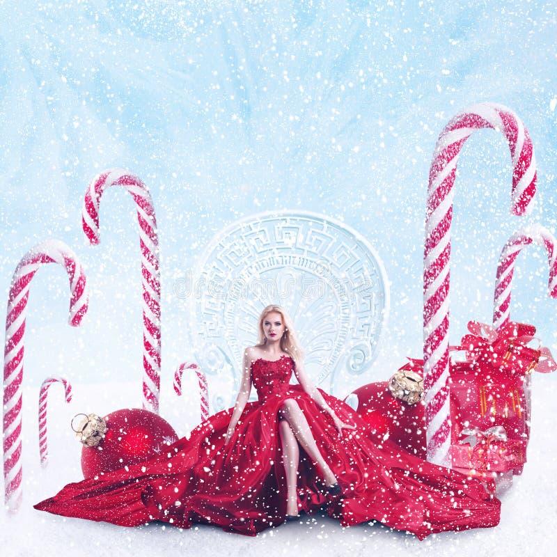 圣诞节年轻女人幻想画象有礼物盒的 免版税库存图片
