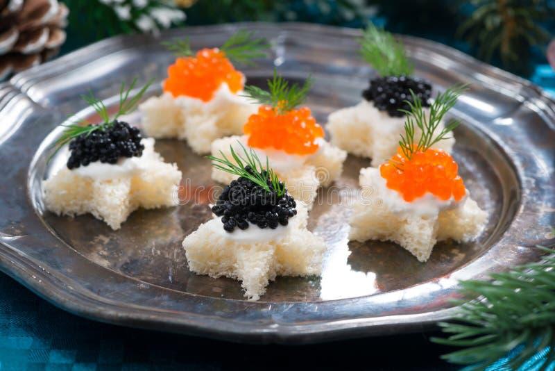 圣诞节开胃菜用在板材的鱼子酱,特写镜头 免版税库存图片