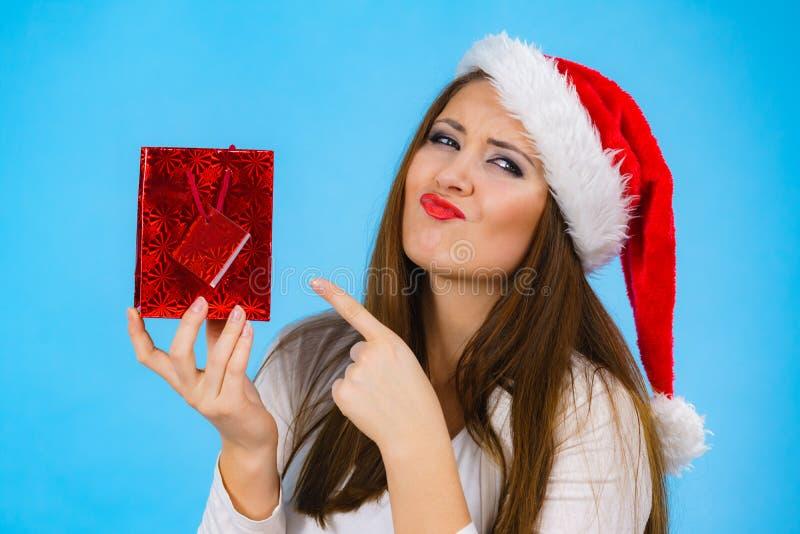 圣诞节快乐妇女拿着礼物袋子 库存照片