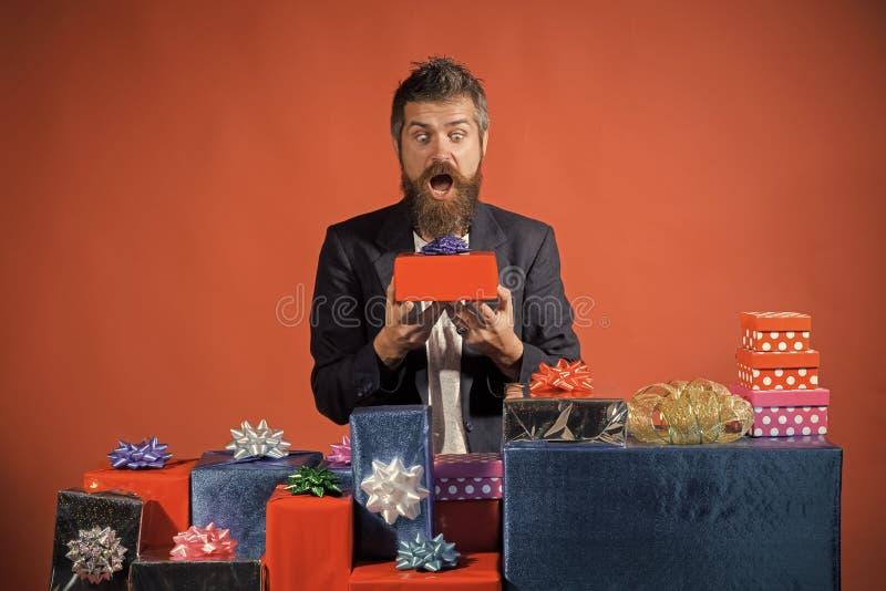 圣诞节愉快的人在红色背景当前装箱 免版税库存图片