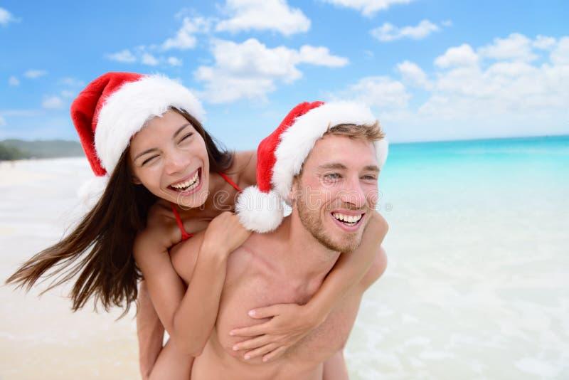 圣诞节愉快的夫妇画象海滩假期 免版税库存照片