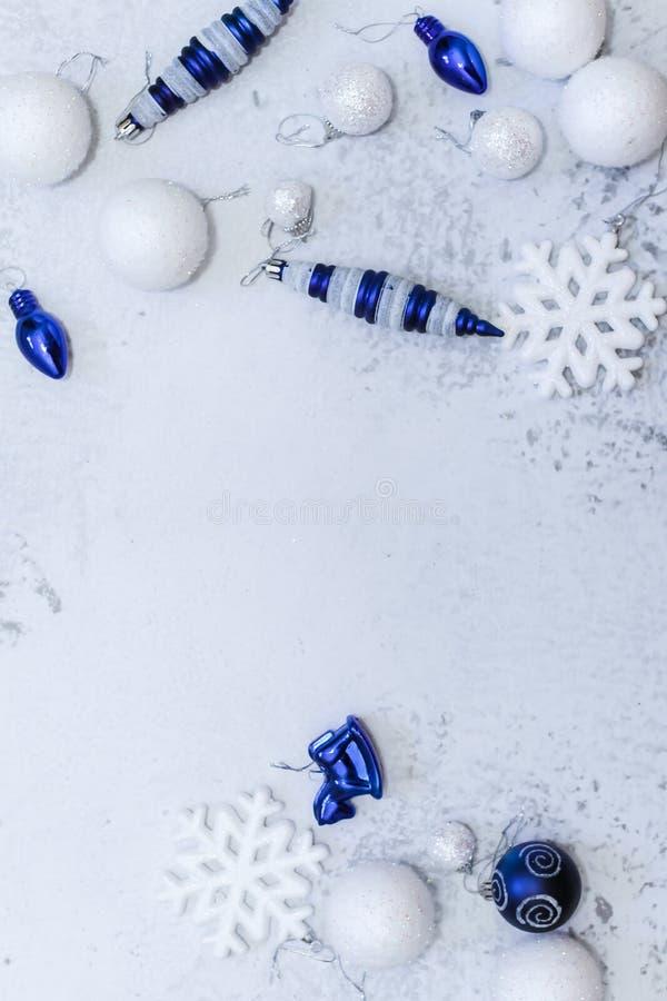 圣诞节或新年平的位置构成在银色白色和蓝色颜色与球雪花和玩具 库存照片