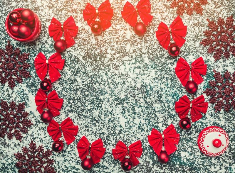 圣诞节或新年构成 圆的框架由圣诞节球和弓装饰制成在雪背景  免版税图库摄影