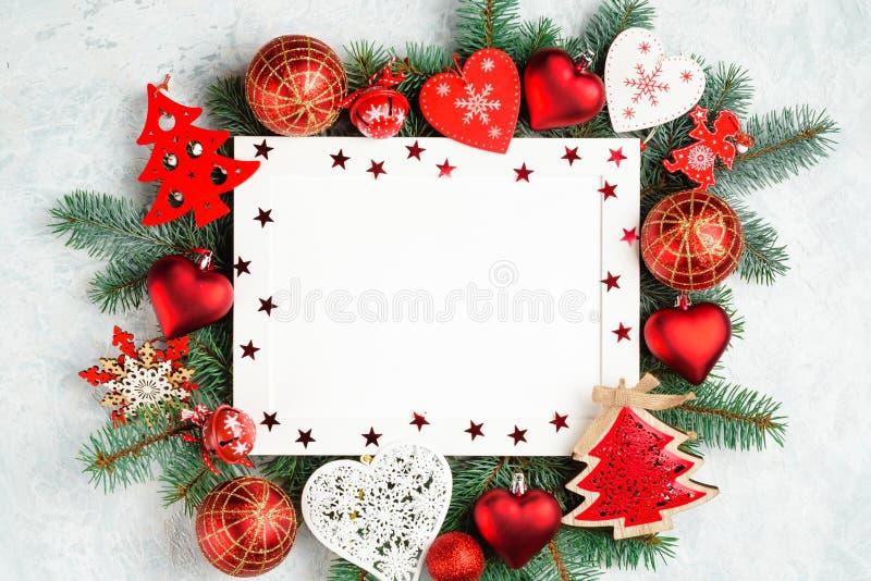 圣诞节或新年框架构成 在红色的圣诞装饰与文本的空的拷贝空间 假日和 免版税库存照片