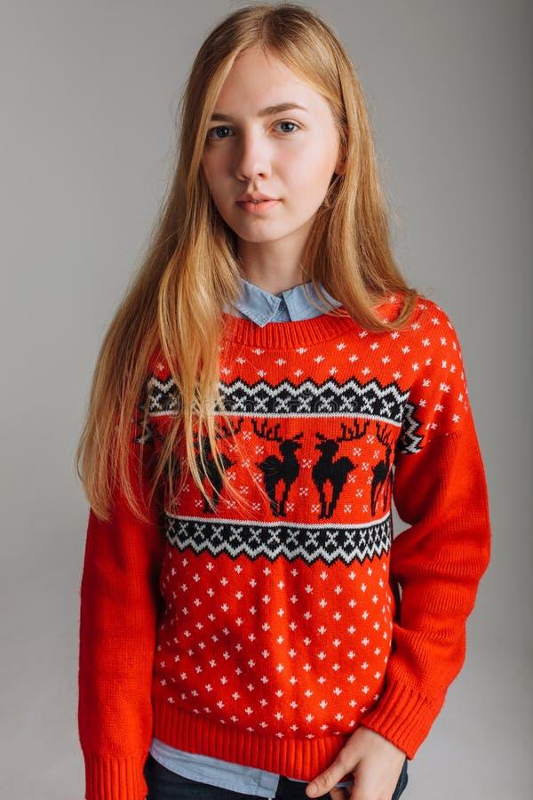 圣诞节或新年毛线衣的女孩在拿着一杯风味咖啡的演播室 文本圣诞节心情的地方 免版税库存图片