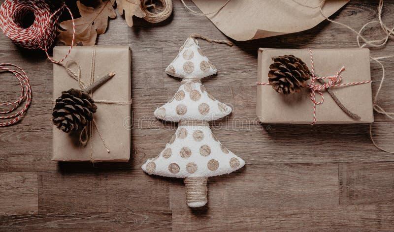 圣诞节或新年礼物 假日装饰概念 被定调子的图片 顶视图 免版税库存照片