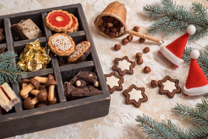圣诞节或新年自创甜点当前在白色箱子 传统奥地利圣诞节曲奇饼- Linzer饼干用稀土填装了 免版税图库摄影