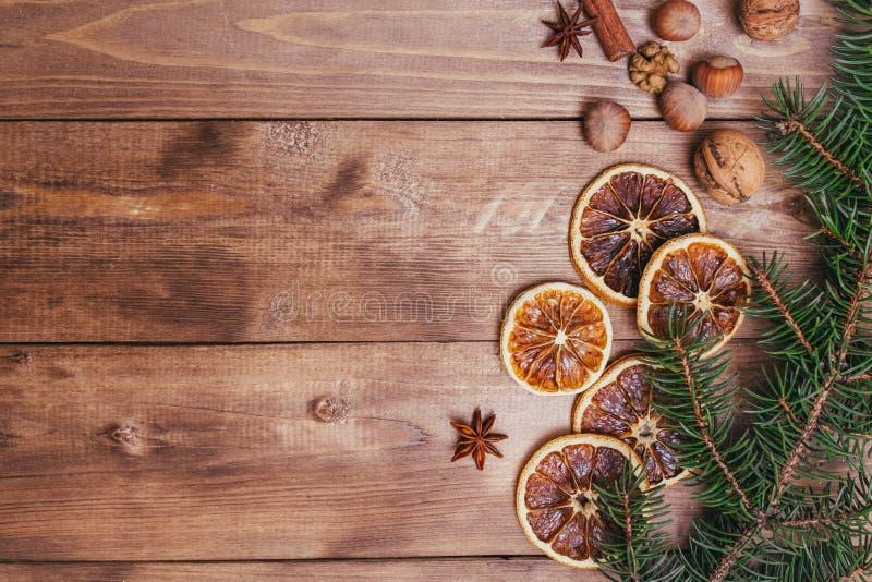 圣诞节或新年褐色木背景,圣诞节与杉树的食物装饰 Xmas装饰,文本的空间 库存图片