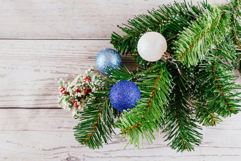 圣诞节或新年背景:毛皮树,分支,上色了玻璃球和玩具,礼物,在白色的装饰 库存图片