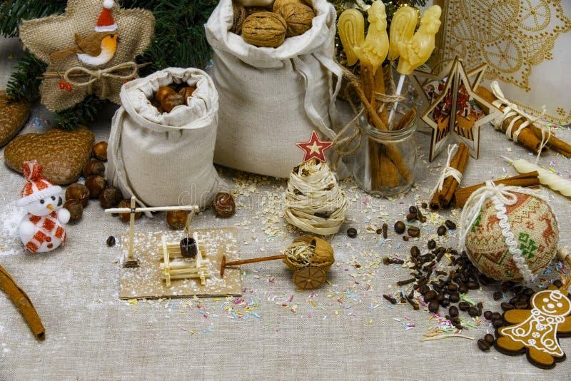 圣诞节拼贴画-与坚果、冰糖、云杉和木模型的袋子 免版税库存图片