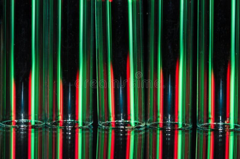 圣诞节摘要:形成假日背景的红色和绿灯垂直的条纹  免版税图库摄影