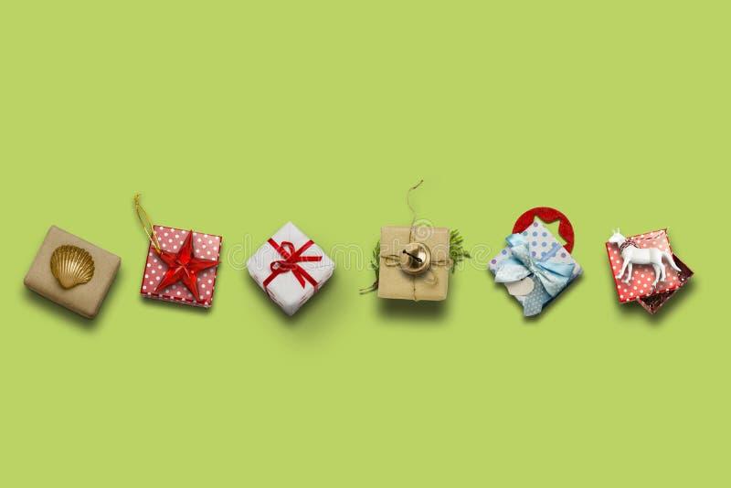 圣诞节收藏、被排行的礼物盒和装饰装饰品 免版税库存照片