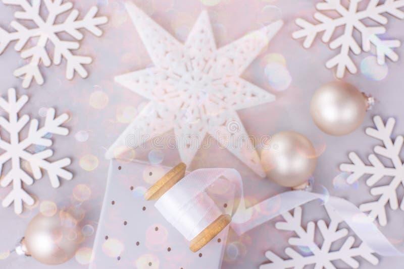 圣诞节新年框架横幅背景雪剥落星中看不中用的物品礼物盒白色丝绸丝带短管轴五颜六色的五彩纸屑闪烁 免版税库存照片