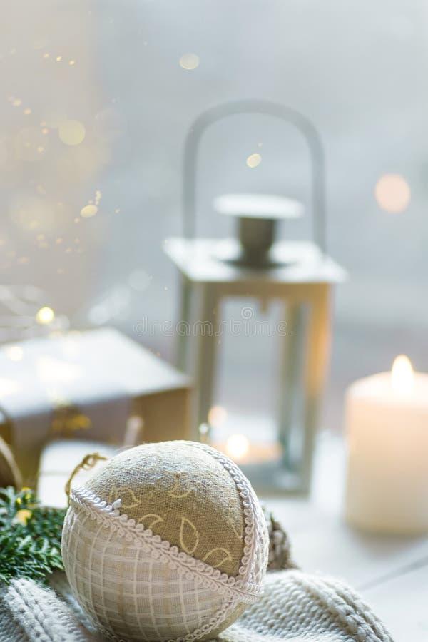 圣诞节新年贺卡海报 在工艺纸的礼物盒栓与麻线手工制造织品装饰品球白色毛线衣 库存图片