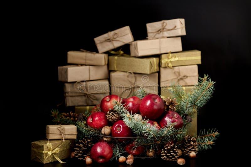 圣诞节新年度 与杉木锥体的在的苹果和坚果bas 库存图片
